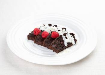 Шоколадный брауни с цукини и вишней