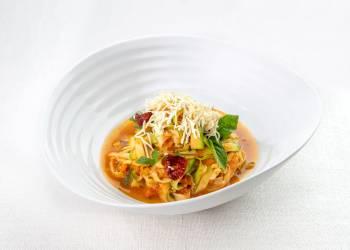 Спагетти из цукини с копченым на щепе тофу и томатным рагу