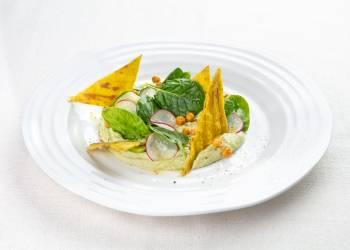Хумус из авокадо и зеленого горошка с нутом и свежими овощами