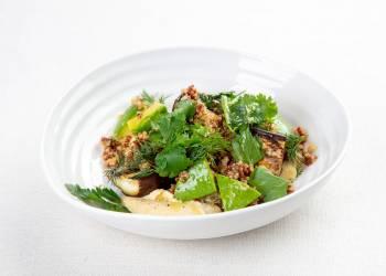 Салат с печеным баклажаном, киноа и хумусом