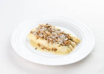 Белая спаржа в соусе карри с козьим сыром и хрустящей хлебной крошкой