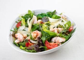 Салат с креветками, спаржей и соусом васаби