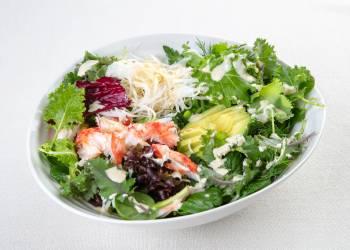 Салат с крабом, авокадо и имбирным соусом