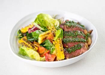 Салат со стриплоином, помидорами и песто из петрушки и базилика