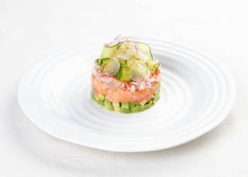 Тартар из лосося с авокадо, крабом и слайсами огурца