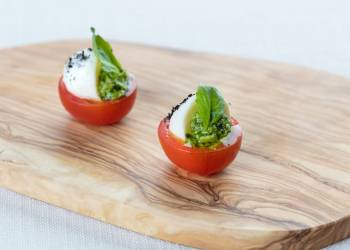 Сherry tomato with Mozzarella cheese (1 pc)