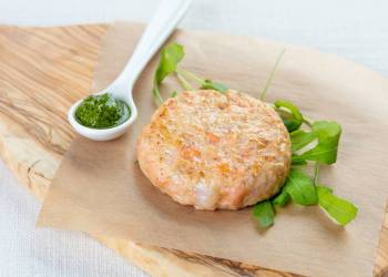 Рыбная котлетка с соусом из рукколы (1 шт.)