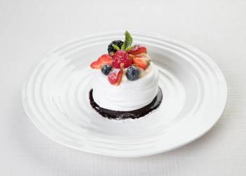 Десерт 'Анна Павлова' со свежими ягодами