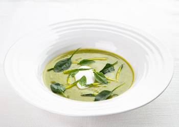 Green zucchini soup with curry