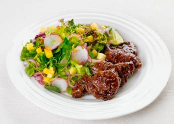 Пряный салат с говядиной и манго