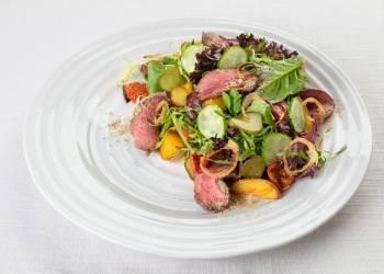 Теплый салат с телятиной и молодым картофелем