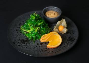 Кайсо салат с ореховым соусом
