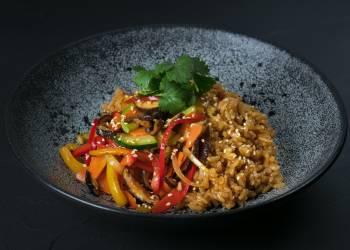 Рис, жаренный по-японски с овощами из вока