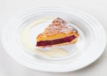 Cherry cake with almond crust
