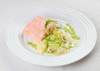 Паровой лосось с кремом и слайсами из цветной капусты