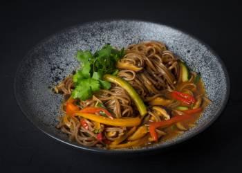 Гречневая лапша с овощами в остром соусе