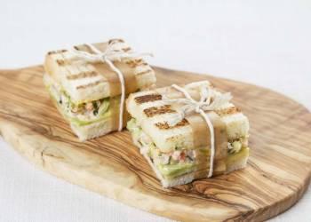 Мини- сэндвичи с авокадо и креветками ( 2шт.)