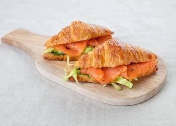 Мини круассан с лососем и соусом песто (1 шт.)