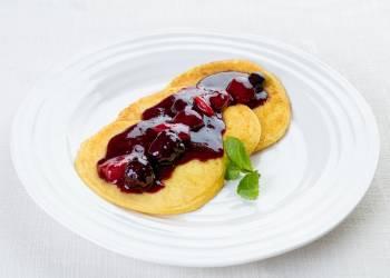 Цитрусовые блины с горячим ягодным соусом (3 шт.)