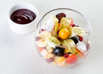 Салат из 10 фруктов с ягодным соусом