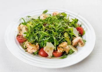 Classic arugula salad with shrimps