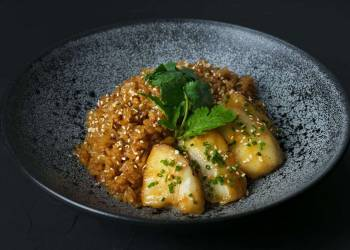 Рис, жаренный по-японски с рыбой