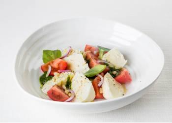 Моцарелла с помидорами и Песто