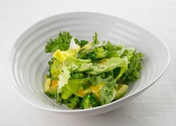 Салат из латука, кейла и авокадо c соусом из овощей