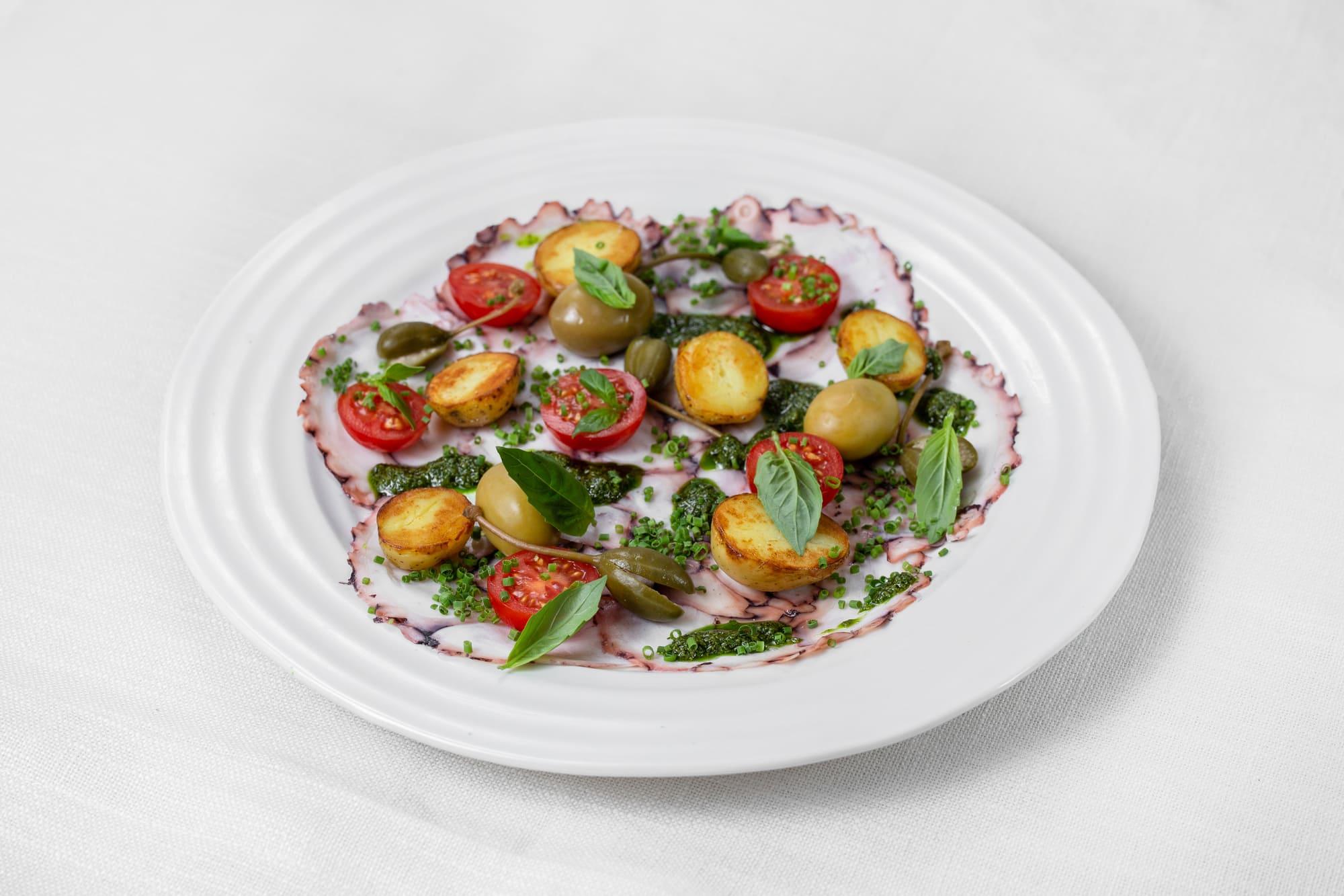 Карпаччо из осьминога с молодым картофелем, каперсами и помидорами черри