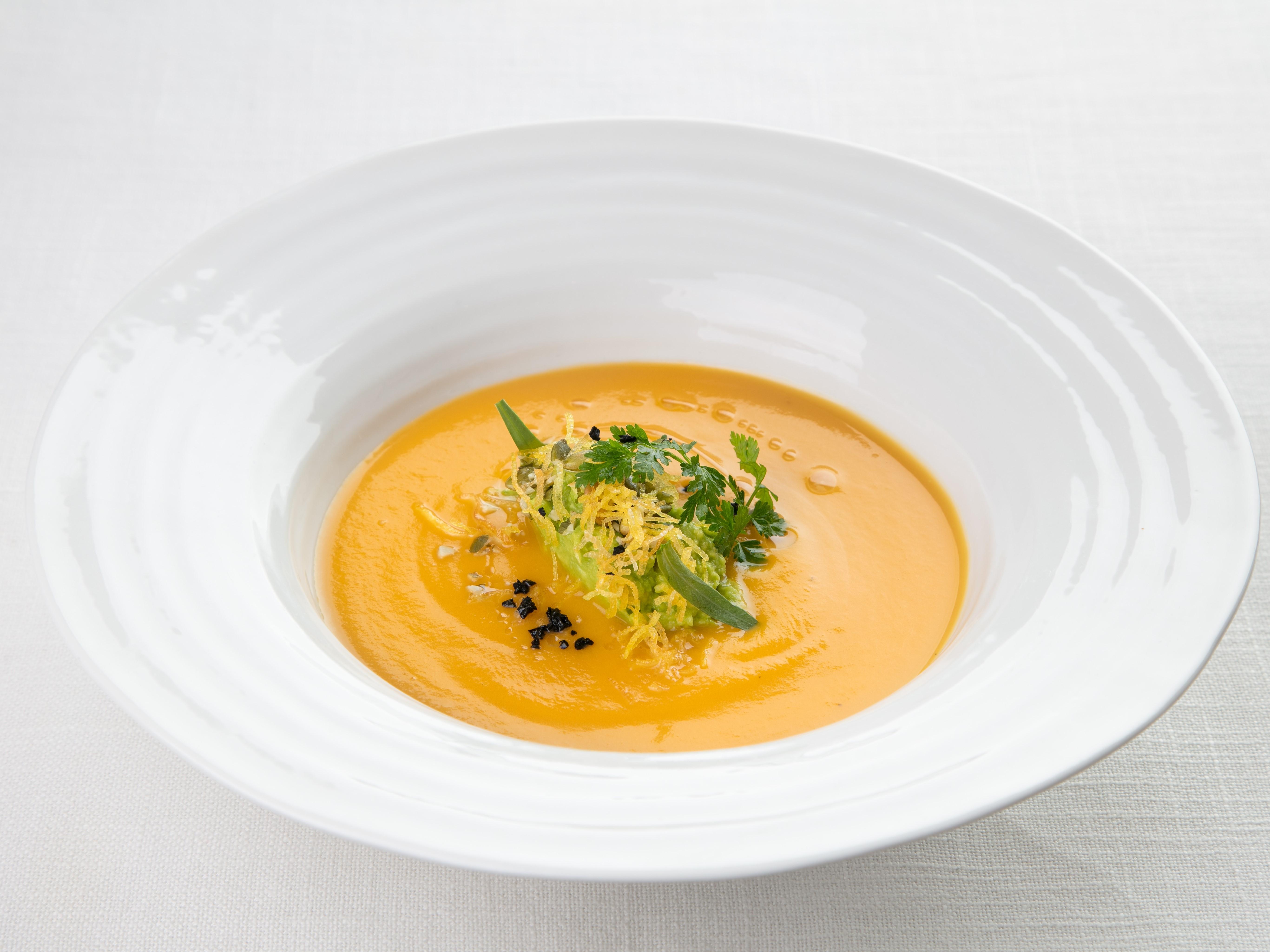 Суп-крем из тыквы с миндальным молоком и кервелем