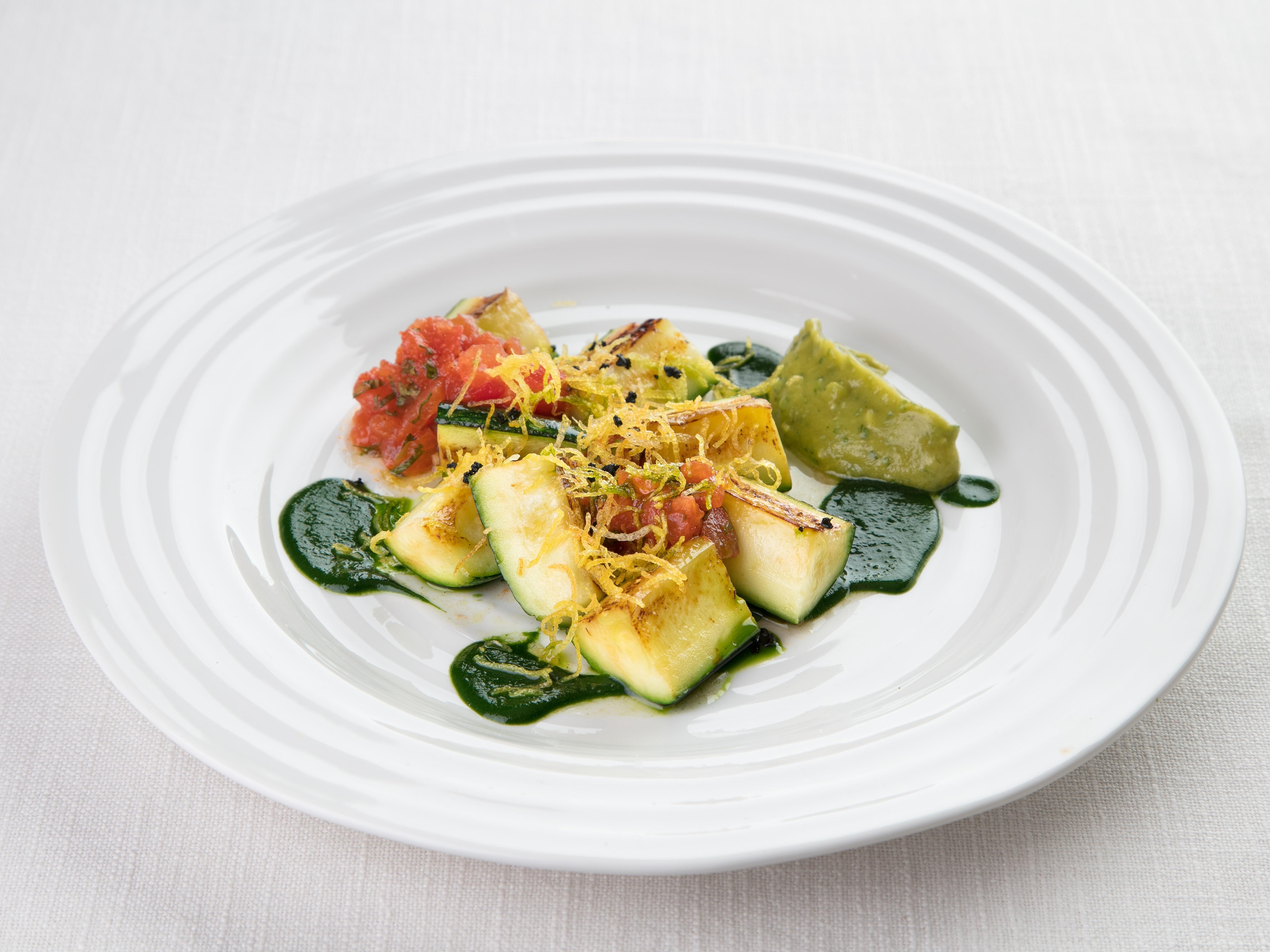 Жареные цуккини с томатной сальсой и гуакамоле из брокколи