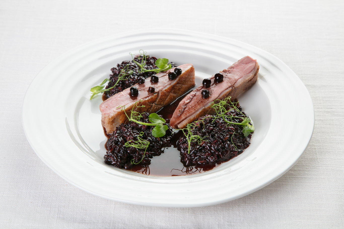 Утиная грудка с можжевеловым соусом и черным рисом